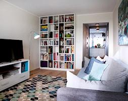 Moje mieszkanie po całkowitym remoncie, w wieżowcu z lat 70tych. - Mały beżowy salon z bibiloteczką z kuchnią, styl skandynawski - zdjęcie od Katarzyna Łagowska