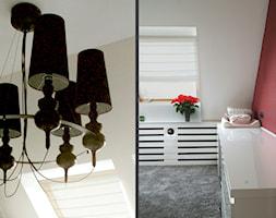 Glamour w nowym wydaniu - Mała biała czerwona sypialnia na poddaszu, styl glamour - zdjęcie od Pracownia InSide