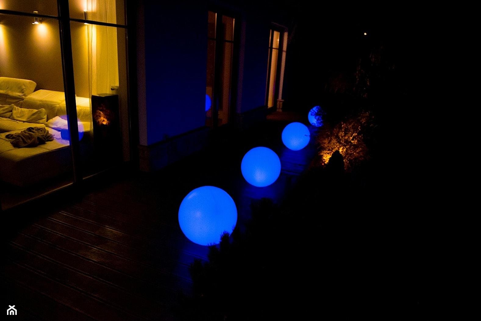 świecące kule RGB przed domem - Ekotechnik24.pl - zdjęcie od 4FunDesign - Homebook