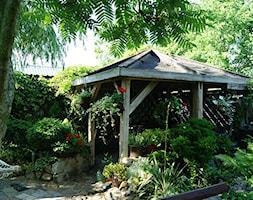 Nasze miejsce na ziemi - Średni ogród za domem tropikalny z altaną - zdjęcie od slonko54