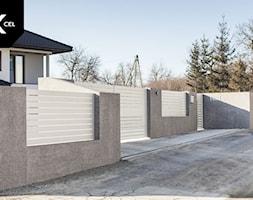 Nowoczesne ogrodzenie z szarymi murkami i białymi przęsłami aluminiowymi - zdjęcie od XCEL Ogrodzenia - Homebook
