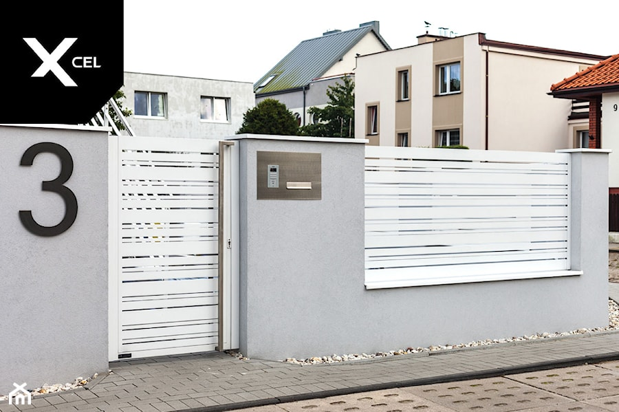 Nowoczesne ogrodzenie aluminiowe z biała furtką - zdjęcie od XCEL Ogrodzenia