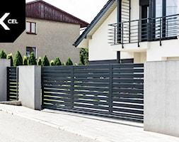 Grafitowe+ogrodzenie+aluminiowe+z+bram%C4%85+przesuwn%C4%85+-+zdj%C4%99cie+od+XCEL+Ogrodzenia
