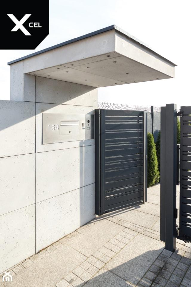 Wejście na posesję osłonięte minimalistycznym daszkiem - zdjęcie od XCEL Ogrodzenia