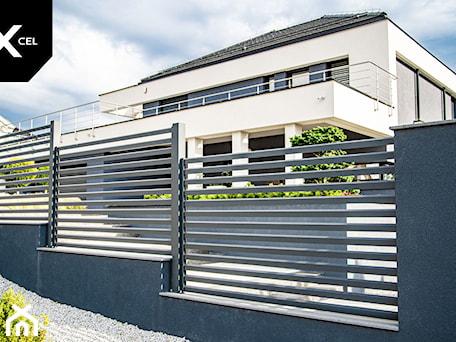 Aranżacje wnętrz - Ogród: Grafitowe ogrodzenie aluminiowe - XCEL Ogrodzenia. Przeglądaj, dodawaj i zapisuj najlepsze zdjęcia, pomysły i inspiracje designerskie. W bazie mamy już prawie milion fotografii!