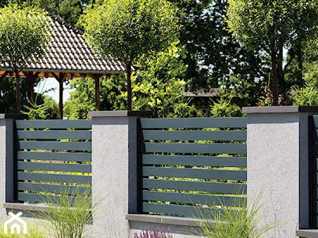 Aranżacje wnętrz - Ogród: Grafitowe przęsła Arete Horizon - XCEL Ogrodzenia. Przeglądaj, dodawaj i zapisuj najlepsze zdjęcia, pomysły i inspiracje designerskie. W bazie mamy już prawie milion fotografii!
