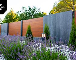 Poziome ogrodzenie z drewnopodobnego aluminium - zdjęcie od XCEL Ogrodzenia - Homebook