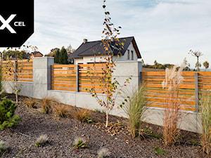 Wooden Horizon. Ogrodzenie z betonu architektonicznego i aluminium