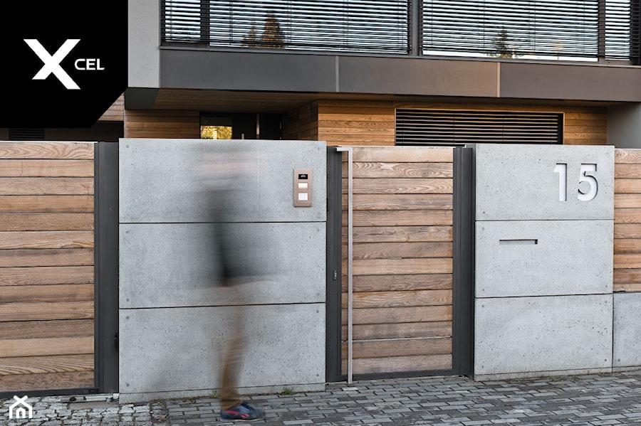Wood and Concrete. Nowoczesne ogrodzenie marki Xcel - zdjęcie od XCEL Ogrodzenia