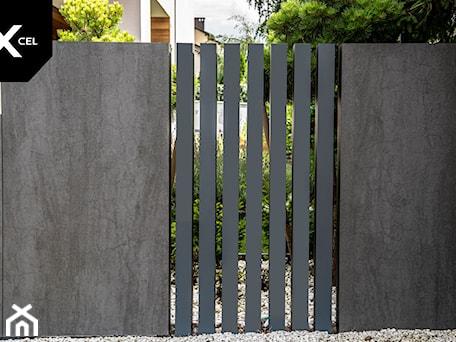Aranżacje wnętrz - Ogród: Pionowe ogrodzenie aluminiowe w kolorze grafitowym - XCEL Ogrodzenia. Przeglądaj, dodawaj i zapisuj najlepsze zdjęcia, pomysły i inspiracje designerskie. W bazie mamy już prawie milion fotografii!