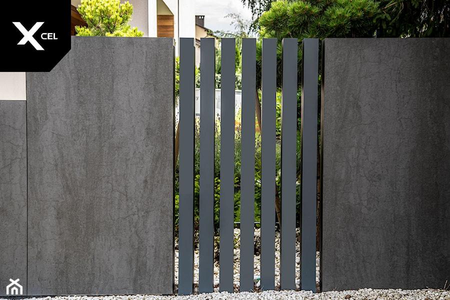 Pionowe ogrodzenie aluminiowe w kolorze grafitowym - zdjęcie od XCEL Ogrodzenia