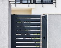 Grafitowe+ogrodzenie+aluminiowe+z+nowoczesn%C4%85+furtk%C4%85+-+zdj%C4%99cie+od+XCEL+Ogrodzenia