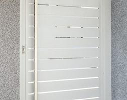 Nowoczesna furtka aluminiowa w kolorze białym - zdjęcie od XCEL Ogrodzenia - Homebook