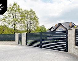 Tradycyjne ogrodzenie z nowoczesną bramą dwuskrzydłową - zdjęcie od XCEL Ogrodzenia - Homebook