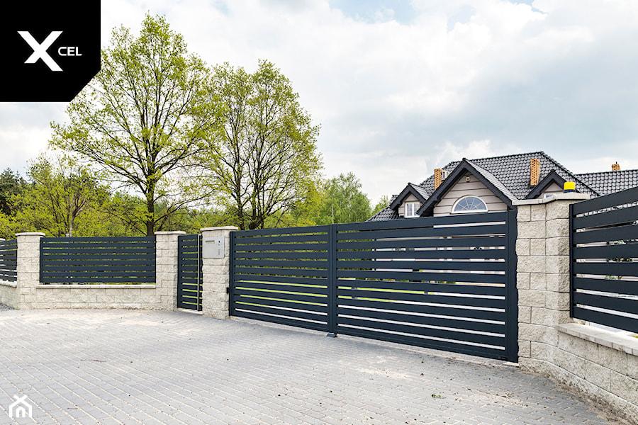 Tradycyjne ogrodzenie z nowoczesną bramą dwuskrzydłową - zdjęcie od XCEL Ogrodzenia