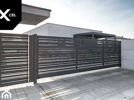 Aranżacje wnętrz - Ogród: Aluminiowa brama przesuwna w kolorze grafitowym - XCEL Ogrodzenia. Przeglądaj, dodawaj i zapisuj najlepsze zdjęcia, pomysły i inspiracje designerskie. W bazie mamy już prawie milion fotografii!