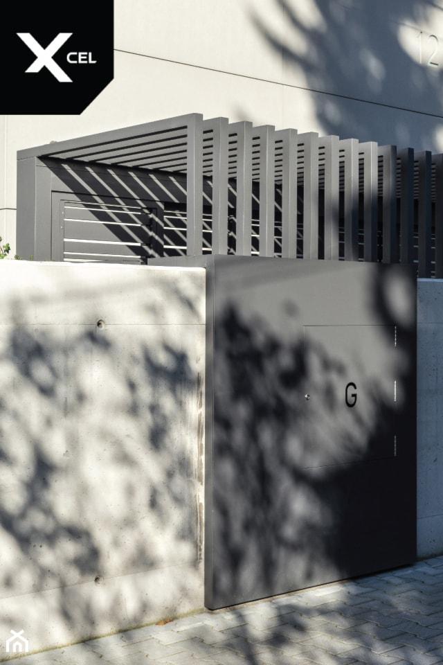 Funkcjonalne pomieszczenie na kosze na śmieci - zdjęcie od XCEL Ogrodzenia - Homebook