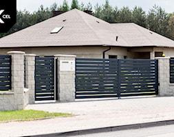 Grafitowe ogrodzenie aluminiowe z bramą dwuskrzydłową - zdjęcie od XCEL Ogrodzenia - Homebook