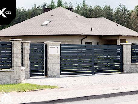 Aranżacje wnętrz - Ogród: Grafitowe ogrodzenie aluminiowe z bramą dwuskrzydłową - XCEL Ogrodzenia. Przeglądaj, dodawaj i zapisuj najlepsze zdjęcia, pomysły i inspiracje designerskie. W bazie mamy już prawie milion fotografii!