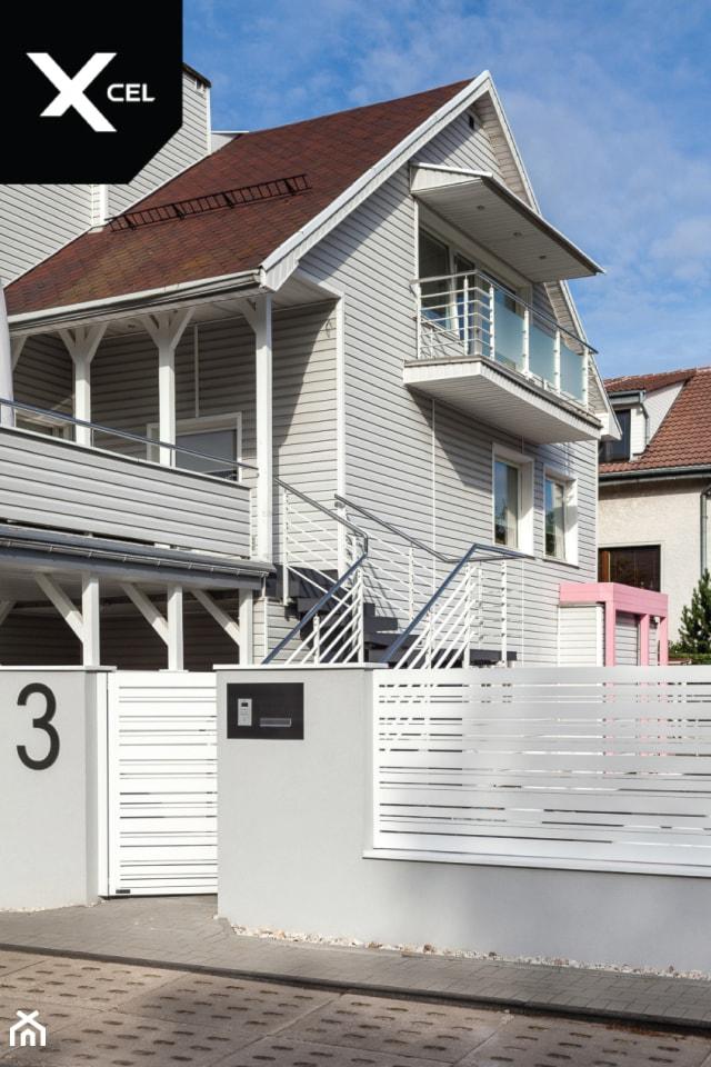 Nowoczesne ogrodzenie aluminiowe z białą furtką - zdjęcie od XCEL Ogrodzenia