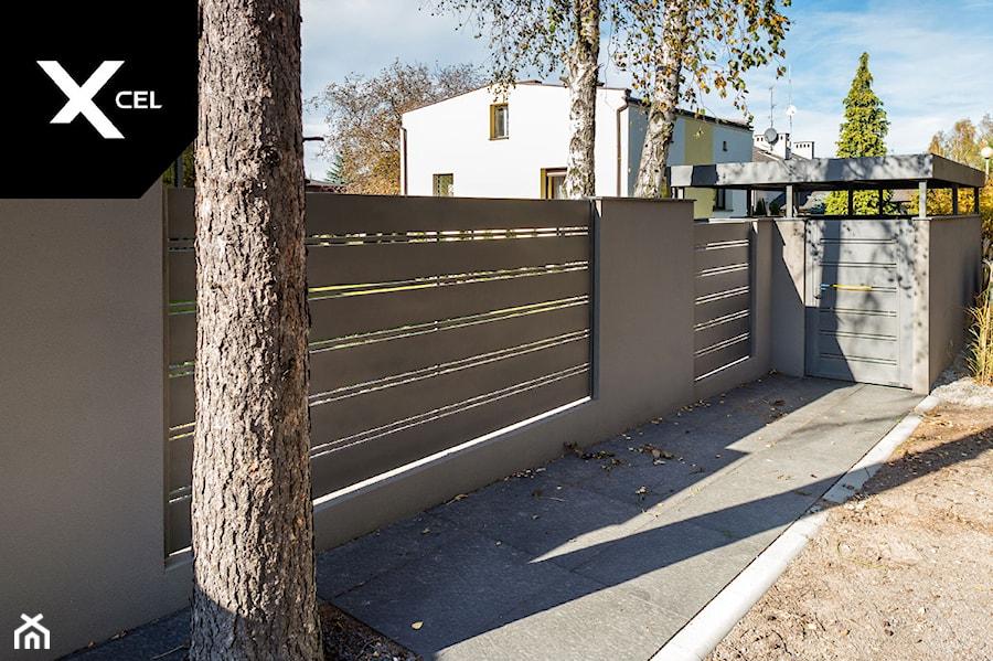 Ogrodzenie z zadaszonym pomieszczeniem z koszami na śmieci - zdjęcie od XCEL Ogrodzenia