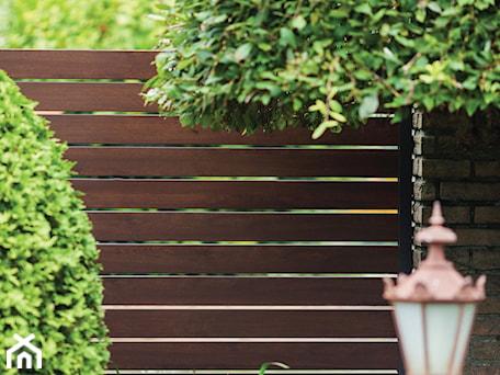 Aranżacje wnętrz - Ogród: Drewnopodobne przęsła ogrodzeniowe - XCEL Ogrodzenia. Przeglądaj, dodawaj i zapisuj najlepsze zdjęcia, pomysły i inspiracje designerskie. W bazie mamy już prawie milion fotografii!