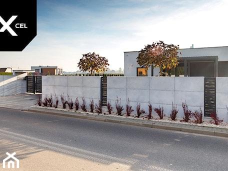 Aranżacje wnętrz - Ogród: Ogrodzenie z betonu architektonicznego i grafitowych przęseł aluminiowych - XCEL Ogrodzenia. Przeglądaj, dodawaj i zapisuj najlepsze zdjęcia, pomysły i inspiracje designerskie. W bazie mamy już prawie milion fotografii!