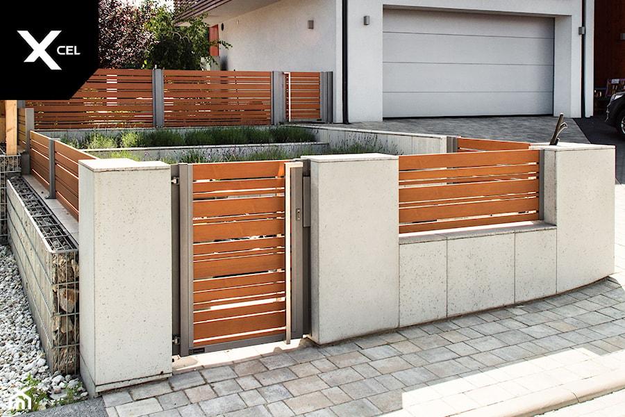 Ogrodzenie z betonu i drewnopodobnego aluminium - zdjęcie od XCEL Ogrodzenia