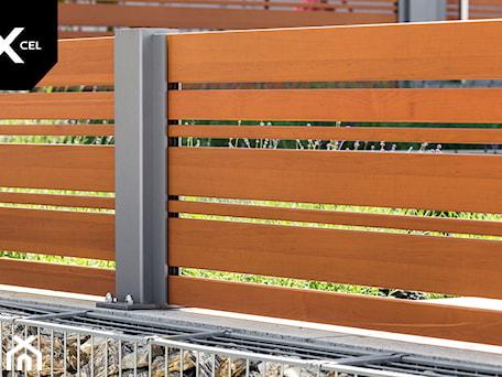 Aranżacje wnętrz - Ogród: Drewnopodobne ogrodzenie aluminiowe - XCEL Ogrodzenia. Przeglądaj, dodawaj i zapisuj najlepsze zdjęcia, pomysły i inspiracje designerskie. W bazie mamy już prawie milion fotografii!