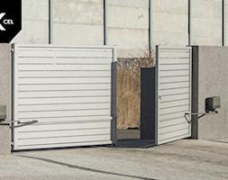 Aluminiowa brama dwuskrzydłowa w kolorze białym - zdjęcie od XCEL Ogrodzenia - Homebook