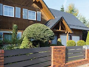 Past and Present. Ogrodzenie aluminiowe wokół domu o tradycyjnej elewacji