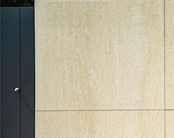 Słup ogrodzeniowy wykończony spiekami kwarcowymi - zdjęcie od XCEL Ogrodzenia - Homebook