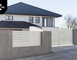 Białe ogrodzenie aluminiowe z bramą dwuskrzydłową - zdjęcie od XCEL Ogrodzenia - Homebook