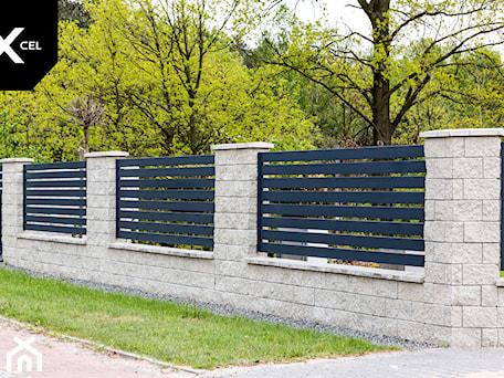 Aranżacje wnętrz - Ogród: Tradycyjne ogrodzenie z trwałego aluminium - XCEL Ogrodzenia. Przeglądaj, dodawaj i zapisuj najlepsze zdjęcia, pomysły i inspiracje designerskie. W bazie mamy już prawie milion fotografii!