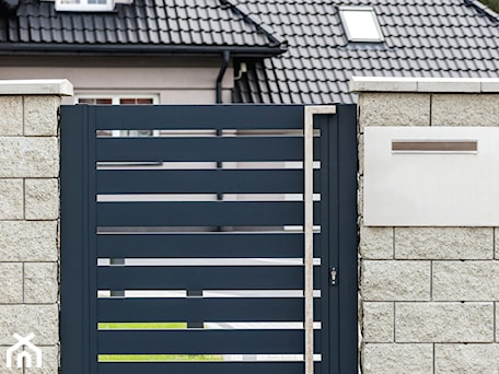 Aranżacje wnętrz - Ogród: Grafitowa furtka aluminiowa - XCEL Ogrodzenia. Przeglądaj, dodawaj i zapisuj najlepsze zdjęcia, pomysły i inspiracje designerskie. W bazie mamy już prawie milion fotografii!