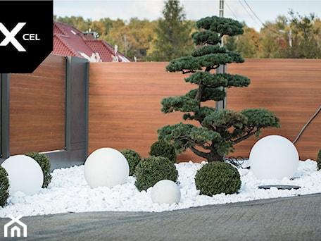 Aranżacje wnętrz - Ogród: Day and Night. Nowoczesne ogrodzenie Xcel: Rockina Cubero + Horizon Massive - Mały ogród przed domem, styl nowoczesny - XCEL Ogrodzenia. Przeglądaj, dodawaj i zapisuj najlepsze zdjęcia, pomysły i inspiracje designerskie. W bazie mamy już prawie milion fotografii!