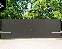 Brama dwuskrzydłowa wykończona gładką blachą aluminiową - zdjęcie od XCEL Ogrodzenia - Homebook