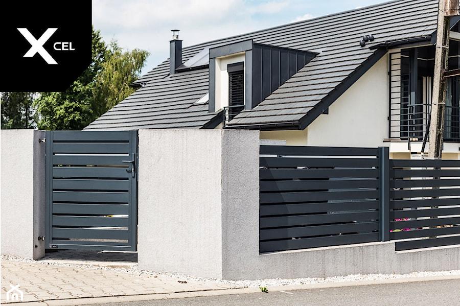 Nowoczesne ogrodzenie aluminiowe z przestrzenia na kubły na śmieci - zdjęcie od XCEL Ogrodzenia