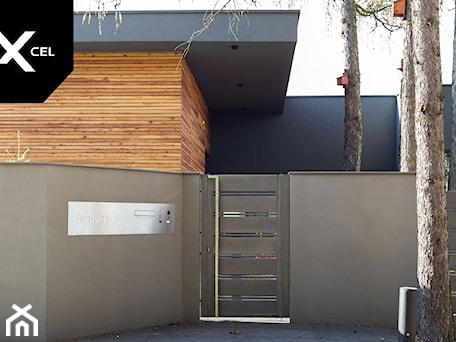 Aranżacje wnętrz - Ogród: Nowoczesne ogrodzenie aluminiowe w odcieniach szarości - XCEL Ogrodzenia. Przeglądaj, dodawaj i zapisuj najlepsze zdjęcia, pomysły i inspiracje designerskie. W bazie mamy już prawie milion fotografii!