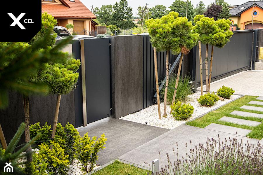 Grafitowe ogrodzenie aluminiowe z nowoczesną furtką - zdjęcie od XCEL Ogrodzenia