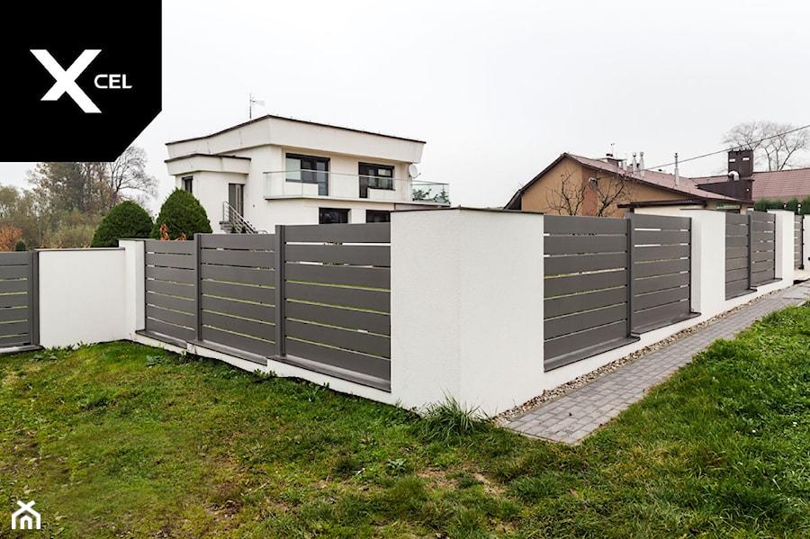 Szare ogrodzenie aluminiowe o układzie poziomym - zdjęcie od XCEL Ogrodzenia