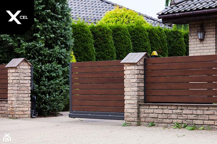 Ogrodzenie drewnopodobne z nowoczesną bramą przesuwną - zdjęcie od XCEL Ogrodzenia
