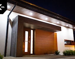 Elementy elewacje budynku z drewnopodobnego aluminium i spieków kwarcowych - zdjęcie od XCEL Ogrodzenia - Homebook