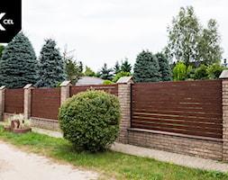Drewnopodobne ogrodzenie w układzie poziomym - zdjęcie od XCEL Ogrodzenia - Homebook