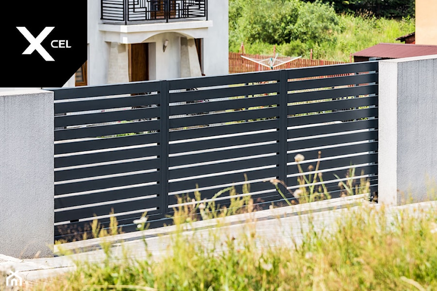 Nowoczesna brama przesuwna w kolorze grafitowym - zdjęcie od XCEL Ogrodzenia