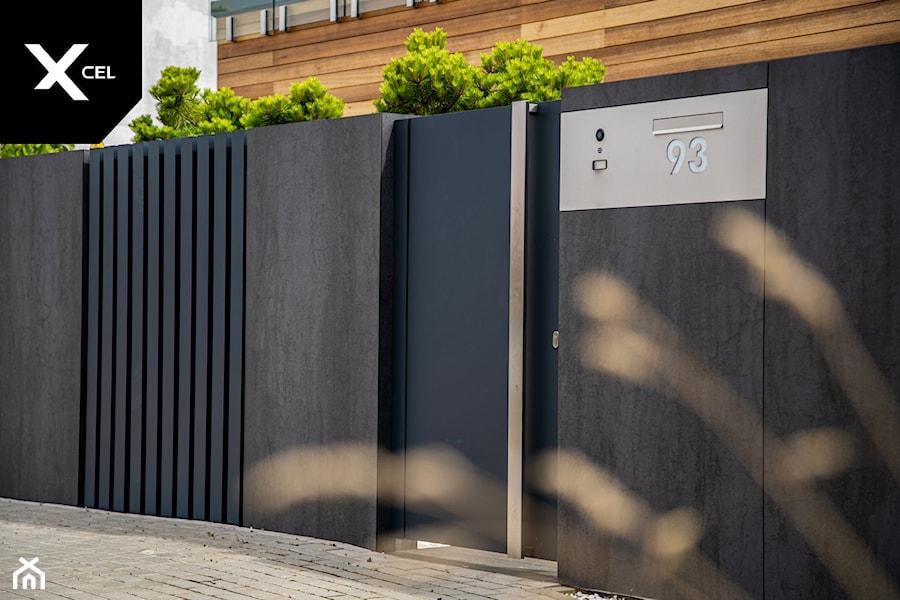 Ogrodzenie z grafitową furtką i nowoczesną skrzynką na listy. - zdjęcie od XCEL Ogrodzenia