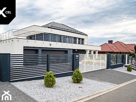 Aranżacje wnętrz - Ogród: Grafitowe ogrodzenie z aluminiowe z białą bramą - XCEL Ogrodzenia. Przeglądaj, dodawaj i zapisuj najlepsze zdjęcia, pomysły i inspiracje designerskie. W bazie mamy już prawie milion fotografii!
