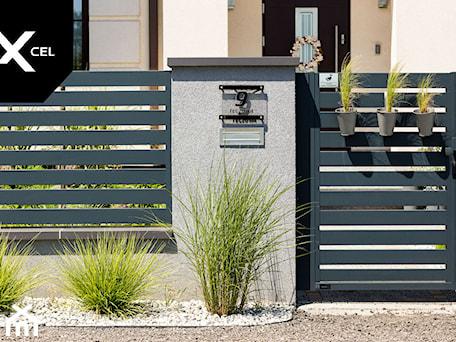 Aranżacje wnętrz - Ogród: Aluminiowa furtka Arete Horizon w kolorze grafitowym - XCEL Ogrodzenia. Przeglądaj, dodawaj i zapisuj najlepsze zdjęcia, pomysły i inspiracje designerskie. W bazie mamy już prawie milion fotografii!