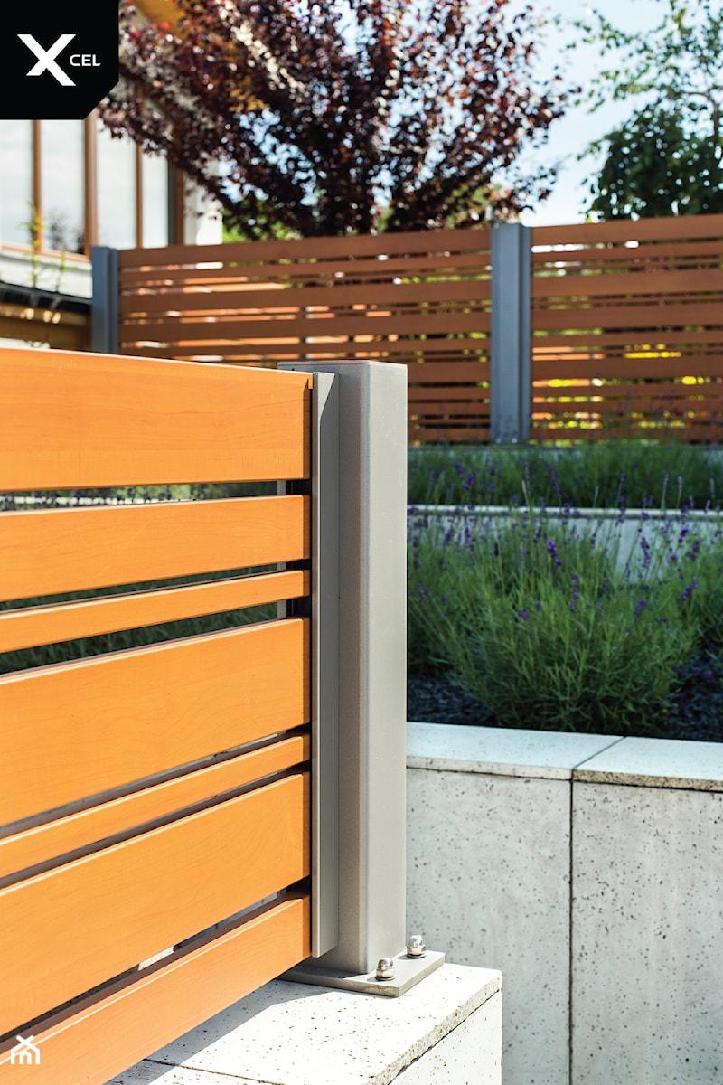 Nowoczesne ogrodzenie drewnopodobne - zdjęcie od XCEL Ogrodzenia