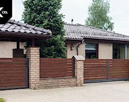Drewnopodobne ogrodzenie aluminiowe z wiatą śmietnikową i automatyczną bramą przesuwną - zdjęcie od XCEL Ogrodzenia - Homebook